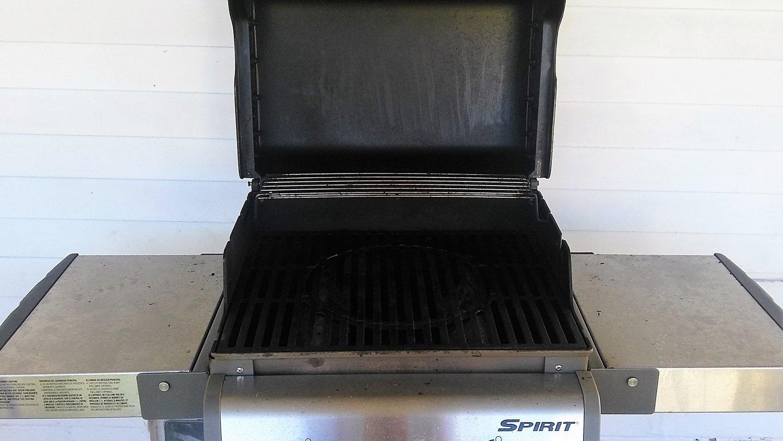 Weber Spirit 210 Gas Grill lid open